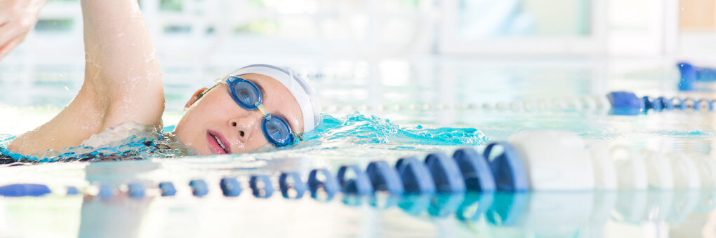 泳いでいる女性